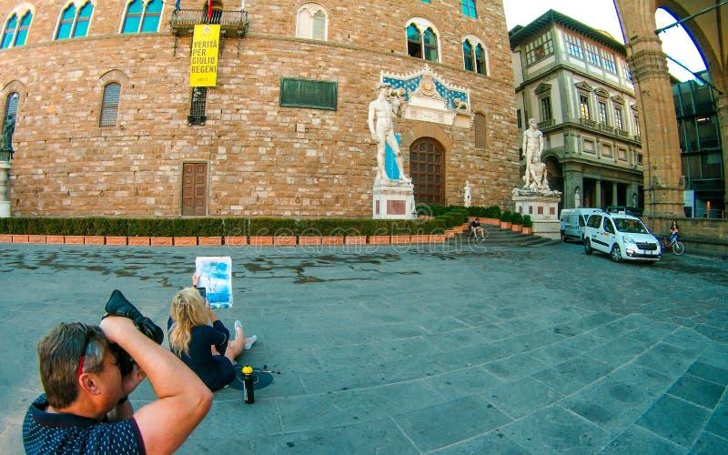 La copie du ` de Michaël Angelo s David à l'entrée de Palazzo Vecchio, fille dessine le portrait, photographe tire l'histoire, Fl photos stock