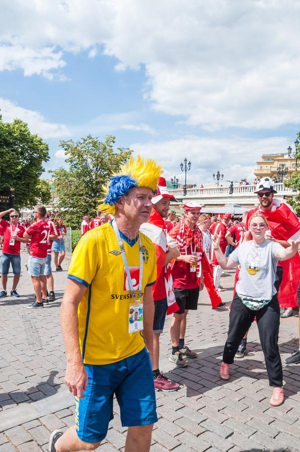 La coppa del Mondo 2018 della FIFA Fan svedese in parrucca gialla e blu sul quadrato di Manezhnaya immagine stock libera da diritti