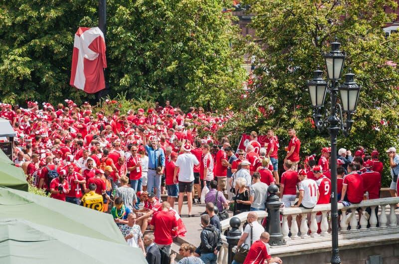 La coppa del Mondo 2018 della FIFA La folla dei fan danesi in magliette rosse beve la birra sul quadrato di Manezhnaya fotografia stock libera da diritti