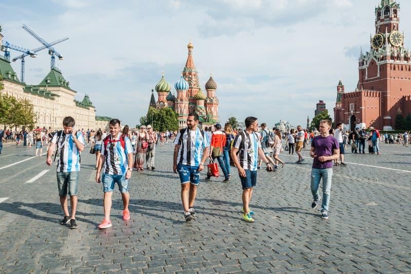 La coppa del Mondo 2018 della FIFA I fan dell'Argentina in magliette bianco-blu a strisce a colori della bandiera dell'Argentina  fotografia stock