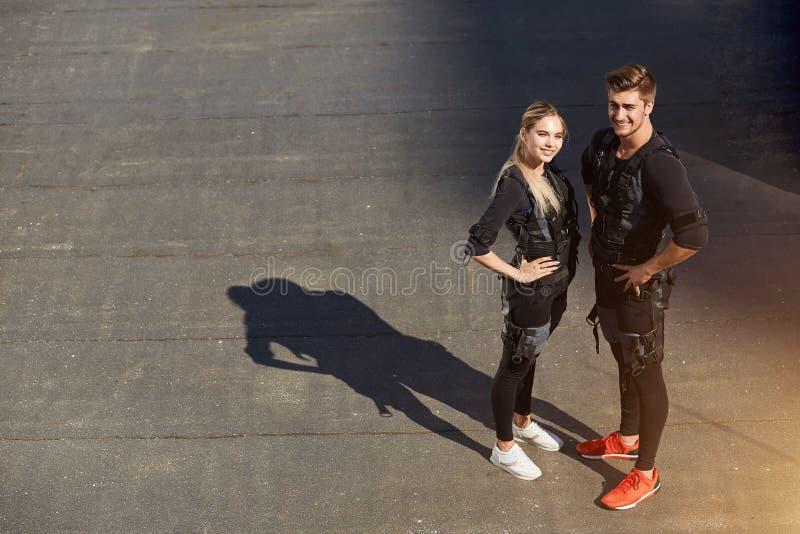 La coppia è pronta per addestramento adatto trasversale con lo SME fotografia stock