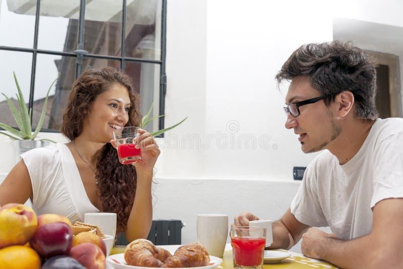 La coppia adolescente ha prima colazione a casa fotografie stock libere da diritti