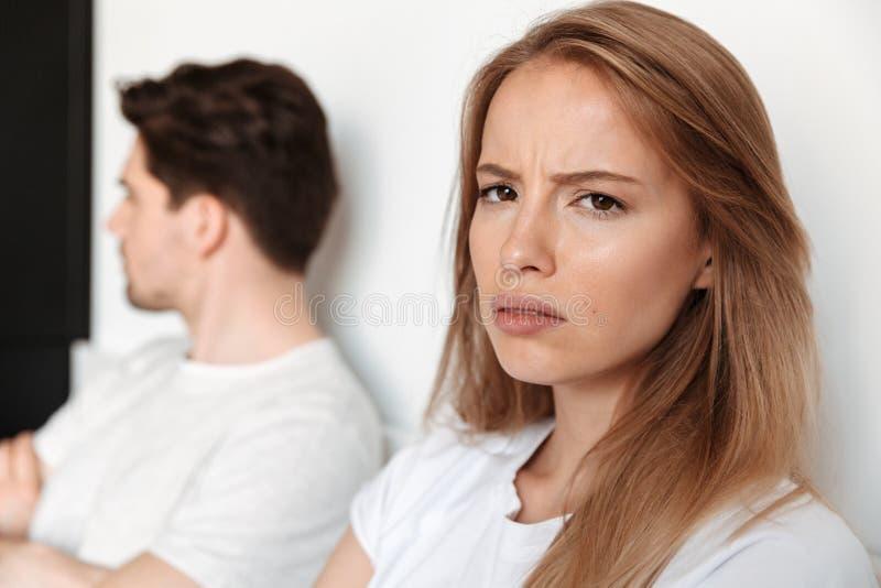 La coppia amorosa offensiva negazione si trova a letto litigio fotografia stock