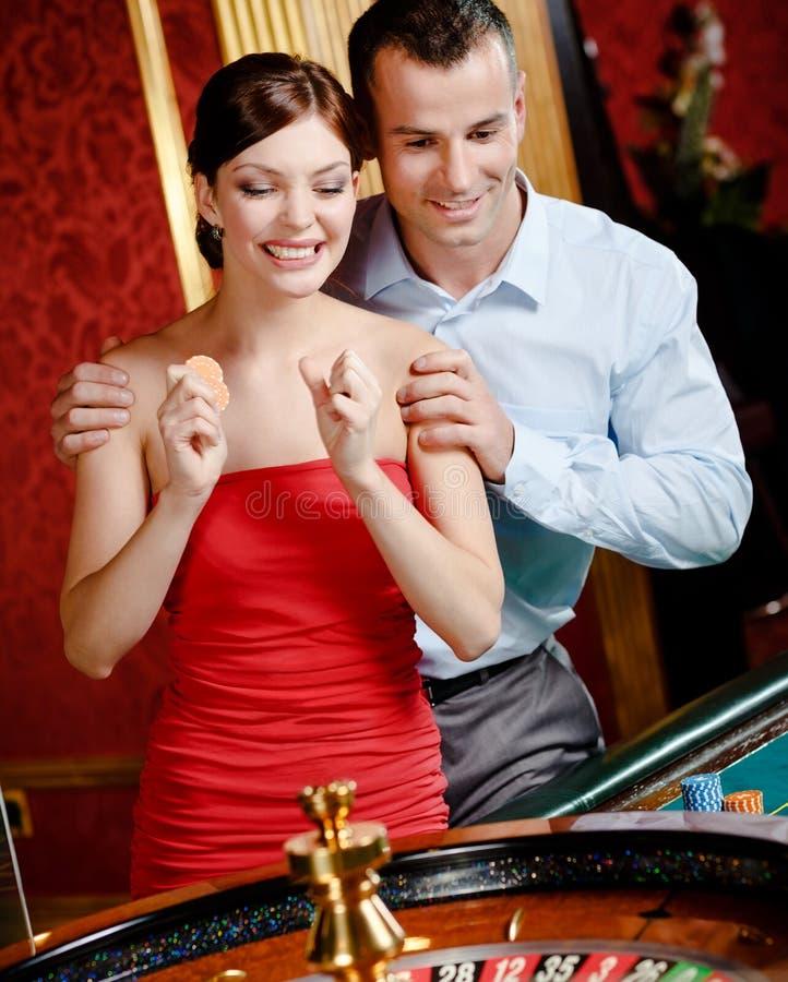 La coppia che gioca le roulette segue il gioco fotografia stock libera da diritti