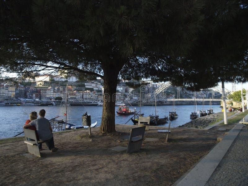 La coppia considera il paesaggio urbano di Oporto del fiume del Duero fotografia stock