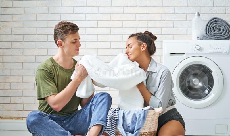 La coppia di amore sta facendo la lavanderia immagini stock