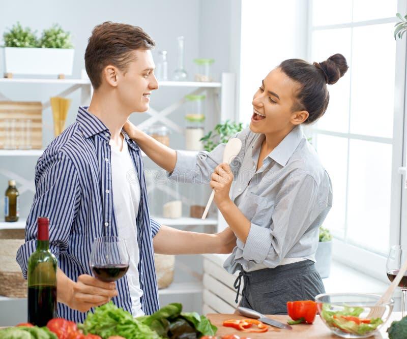La coppia di amore sta preparando il pasto adeguato fotografie stock libere da diritti