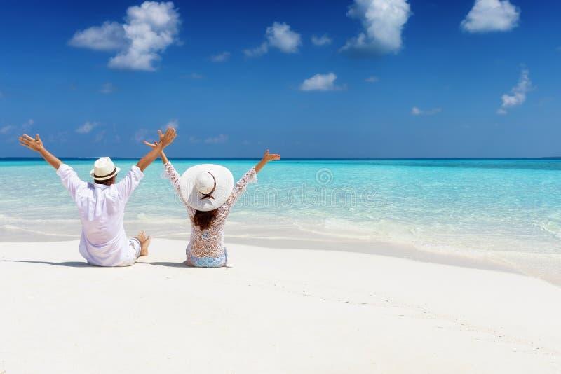 La coppia di luna di miele gode del loro tempo di vacanza su una spiaggia tropicale fotografie stock