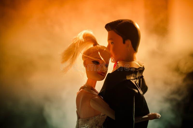 La coppia di nozze della bambola all'interno sta abbracciandosi Bella ragazza di modello in vestito bianco Uomo in vestito Concet fotografie stock