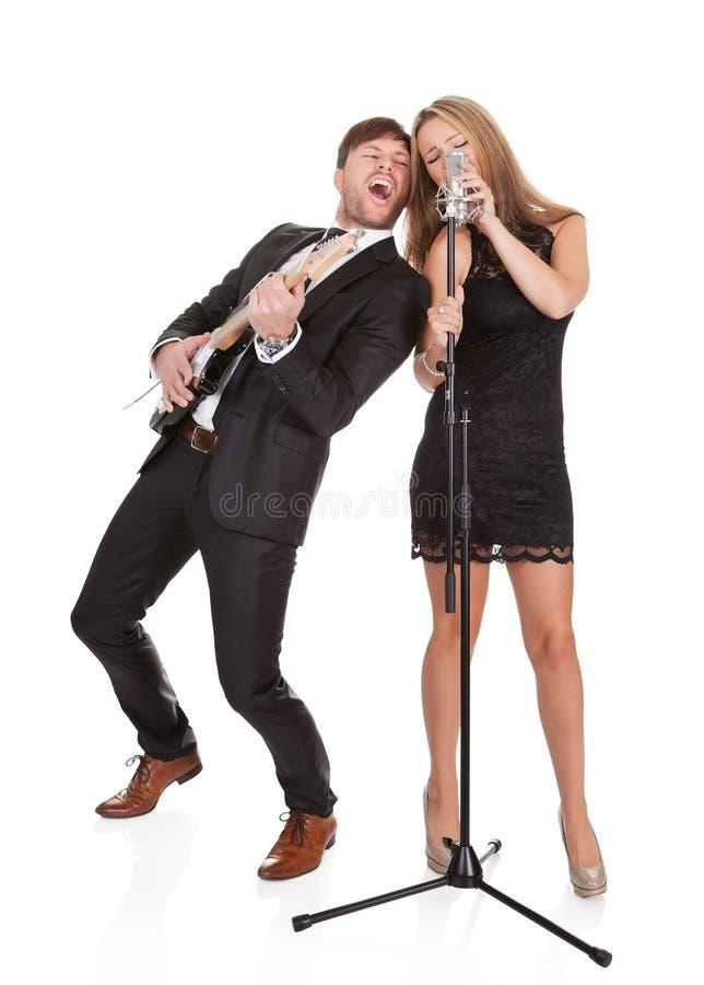 La coppia esegue il duetto a tutti fotografia stock