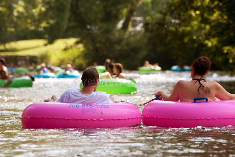 La coppia gode del fiume della tubatura giù nel calore dell'estate immagine stock