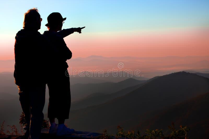 La coppia gode dell'alba sopra le montagne di Ridge blu in NC fotografie stock