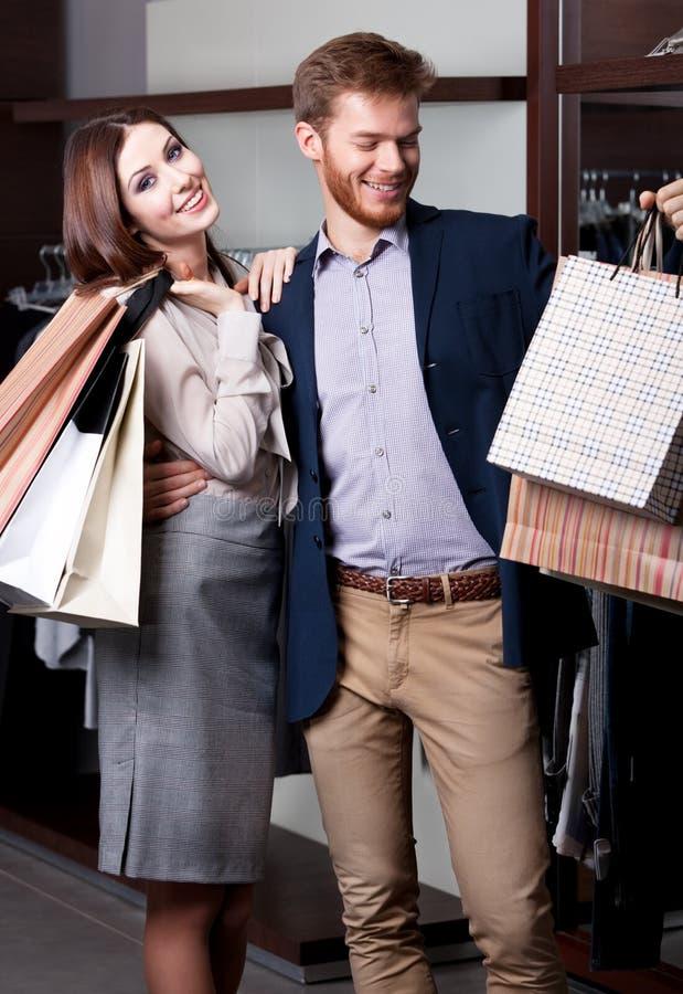 La coppia è felice di andar a fare spesee fotografia stock libera da diritti