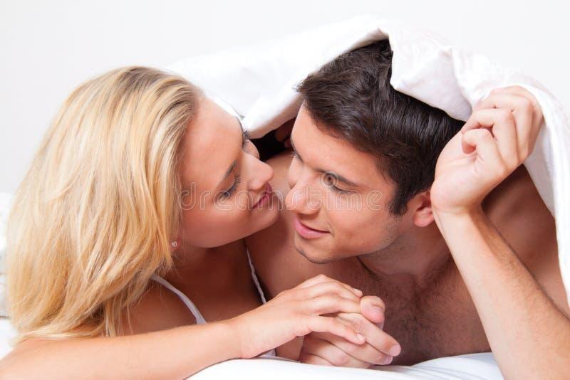 La coppia ha divertimento in base. Risata, gioia ed eroticism fotografia stock