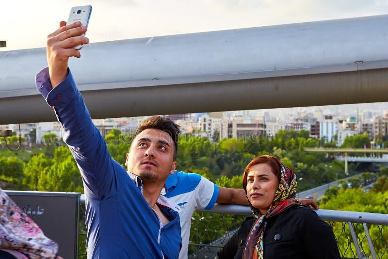 La coppia iraniana sta facendo il selfie sul ponte, Teheran, Iran fotografia stock