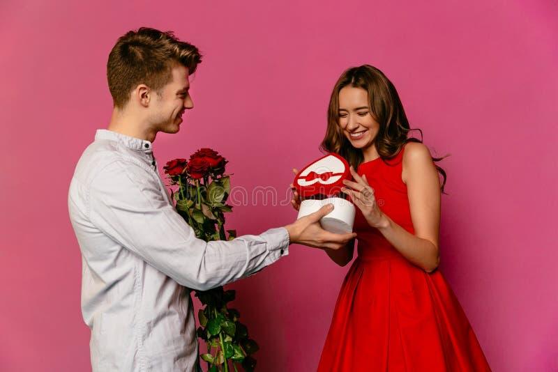 La coppia nell'amore celebra il giorno del ` s del biglietto di S. Valentino della st immagini stock