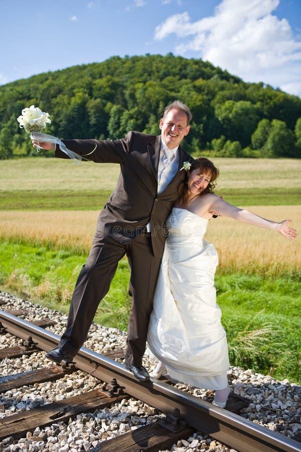 La coppia nuziale ha divertimento fotografia stock libera da diritti