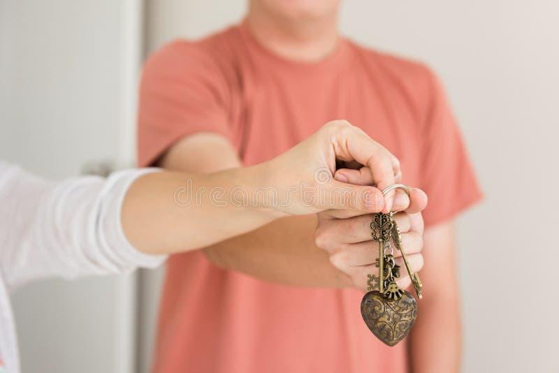 la coppia passa la chiave della tenuta di nuova casa fotografia stock