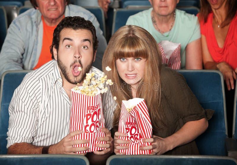 La coppia rovescia il loro popcorn fotografie stock