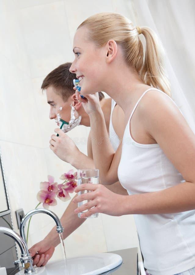 La coppia sposata è nella stanza da bagno fotografia stock libera da diritti
