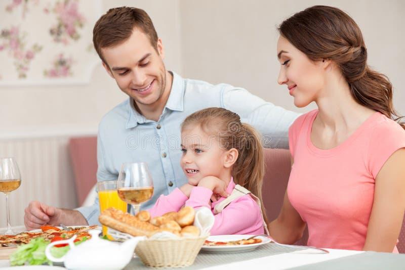 La coppia sposata ed il bambino svegli hanno un pranzo fotografie stock