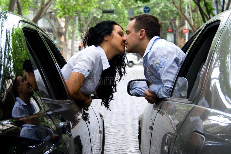 La coppia sta baciando fotografia stock libera da diritti