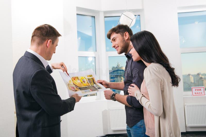 La coppia sta considerando la progettazione futura dell'appartamento immagini stock