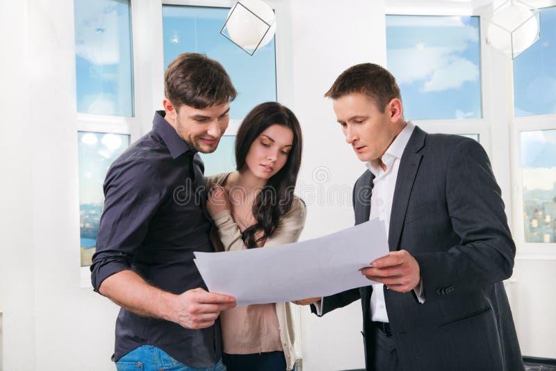 La coppia sta considerando la progettazione futura dell'appartamento immagine stock libera da diritti