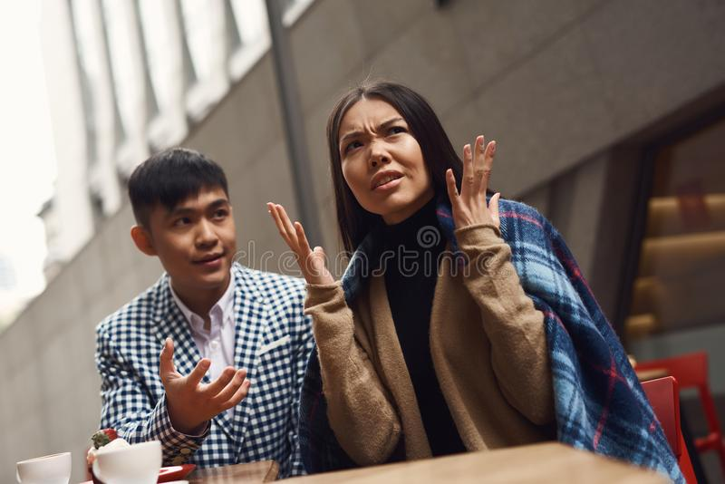 La coppia stride in caffetteria alla tavola fotografia stock libera da diritti