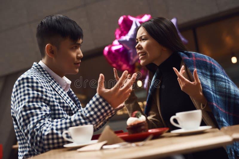 La coppia stride in caffetteria alla tavola immagine stock