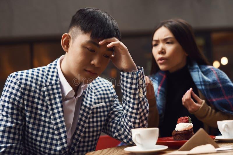 La coppia stride in caffetteria alla tavola fotografia stock