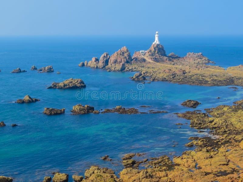 La Corbiere-Leuchtturm auf der felsigen Küste von Jersey-Insel stockfotografie