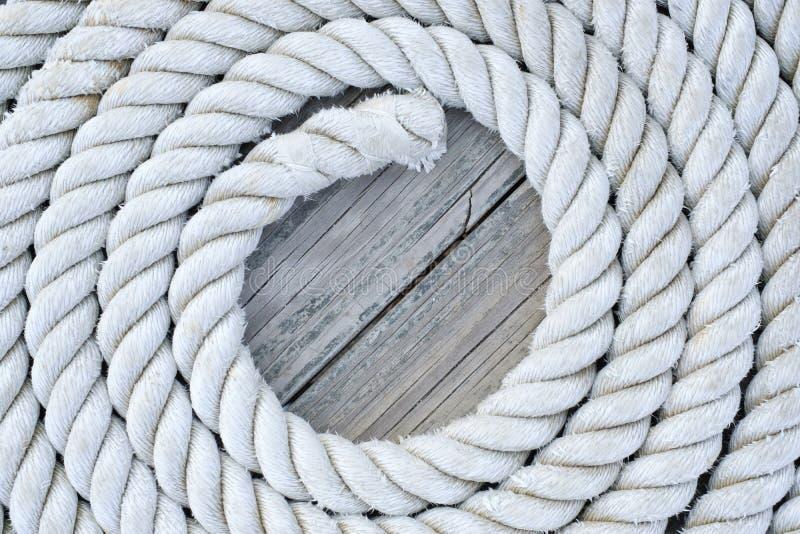 La corda arrotolata si siede sull'un vecchio bacino del wooddn fotografie stock