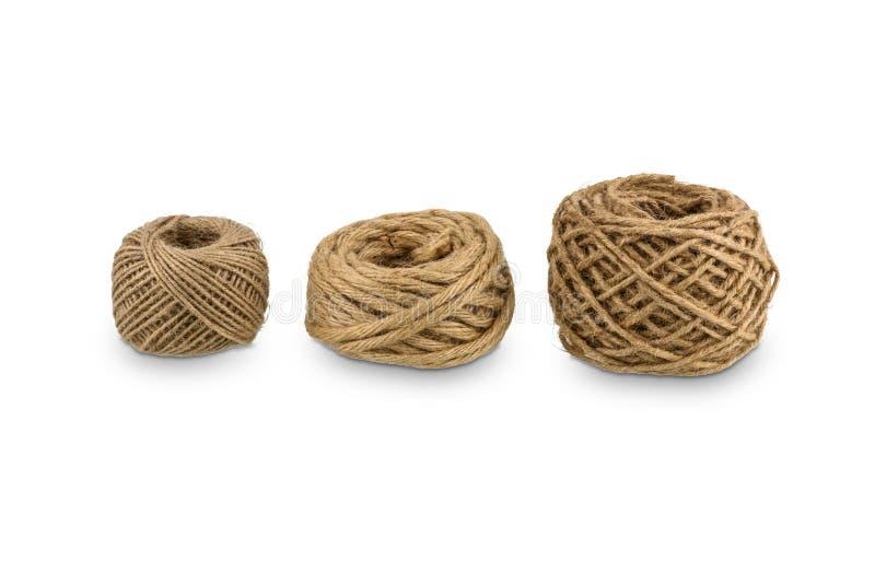 La corda della canapa arrotolata è una palla isolata su fondo bianco fotografie stock