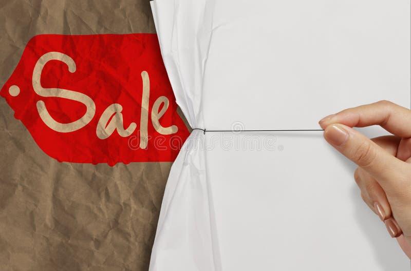 La corda di tirata della mano di affari aperta ha corrugato la vendita di carta di manifestazione come concetto immagini stock libere da diritti
