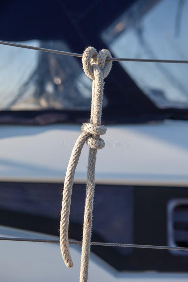 La corda ha legato all'inferriata sulla barca un nodo barcaiolo immagini stock libere da diritti