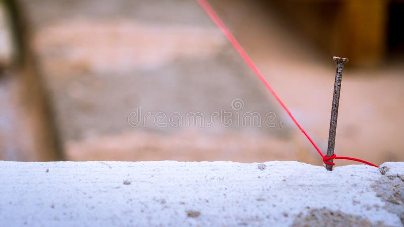 La corda ha utilizzato a livello nella costruzione della parete immagini stock libere da diritti