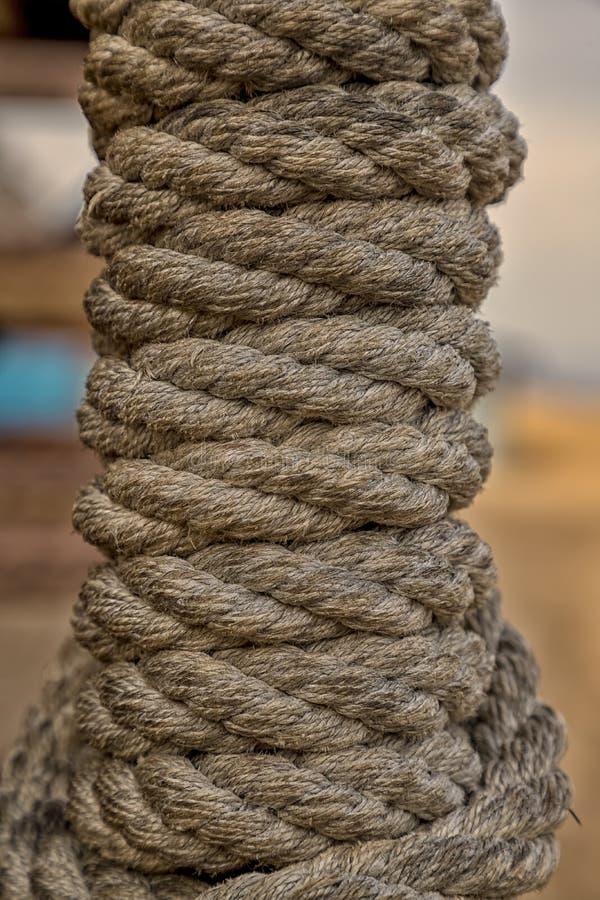 La corda marrone spessa ha rotolato in un rotolo immagini stock libere da diritti