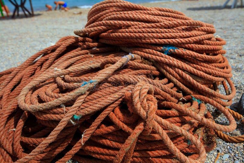 La corde de bateau de grande taille utilisée aux bateaux de marée me roulent ensemble photo libre de droits