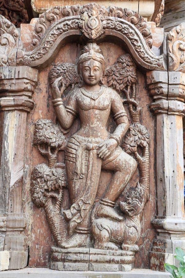 La corde de sculpture a été attachée à un arbre, les temps depuis la Thaïlande image stock