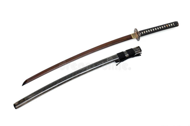 La corde japonaise de noir d'?p?e de lame rouge avec la peau brillante de rayon a envelopp? la gaine photo libre de droits