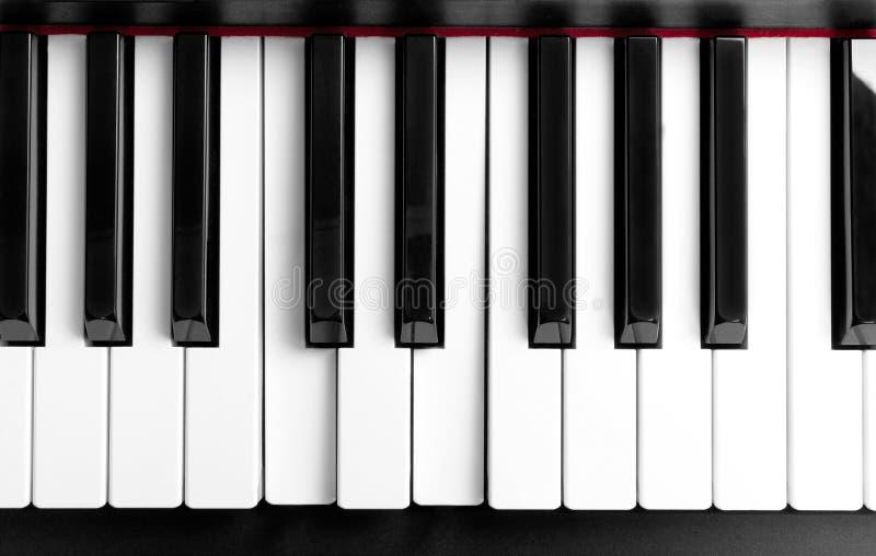 La corde pressée sur des clés de piano photographie stock libre de droits