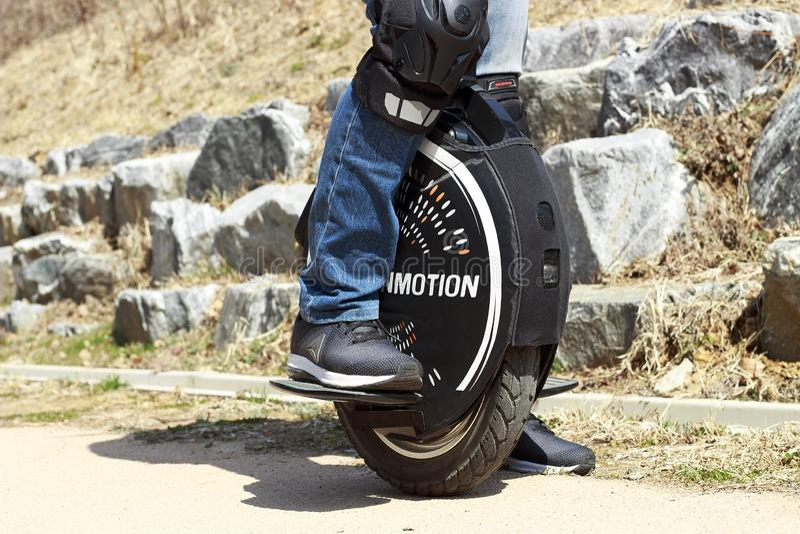 La Corea del Sud Seoul - 03 14 2019: uomo che guida un monowheel, fine elettrica del monociclo su, all'aperto immagini stock