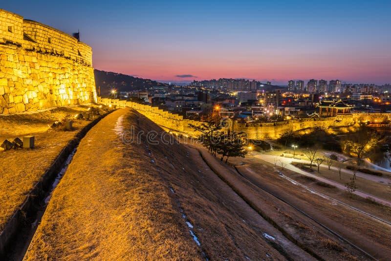 La Corea, tramonto alla fortezza di Hwaseong a Suwon, Corea del Sud fotografie stock
