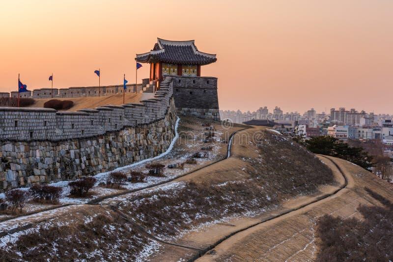 La Corea, tramonto alla fortezza di Hwaseong a Suwon, Corea del Sud fotografie stock libere da diritti