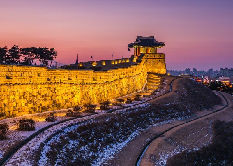 La Corea, tramonto alla fortezza di Hwaseong a Suwon, Corea del Sud fotografia stock