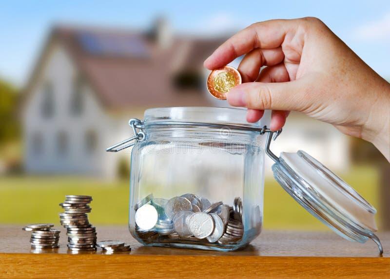 La corona checa acuña en un moneybox de cristal - ahorros para el plazo del coste o de la hipoteca de la casa imagenes de archivo