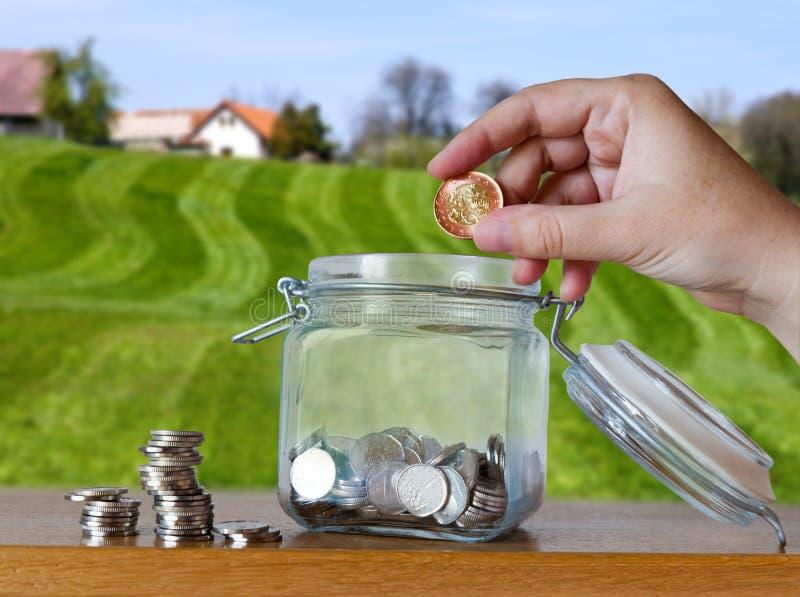La corona checa acuña en un moneybox de cristal - ahorros para el plazo del coste o de la hipoteca de la casa imágenes de archivo libres de regalías