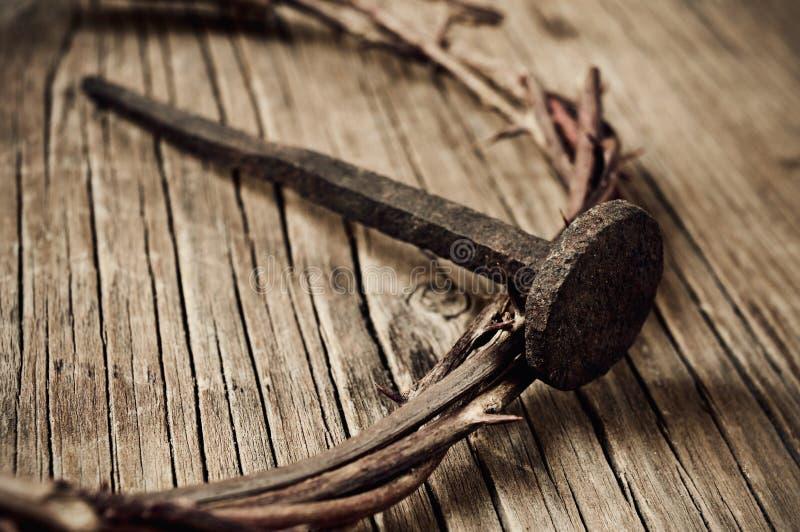 La corona de espinas de Jesus Christ y de un clavo en la cruz santa foto de archivo libre de regalías