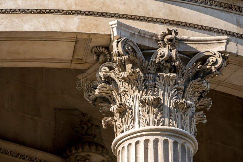 Download La Corona De Un Pilar Con La Escultura Fina Foto de archivo - Imagen de fragmento, corinthian: 100527892
